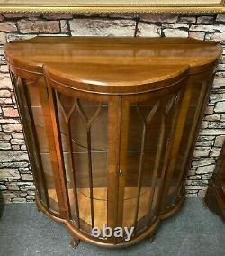 Art Deco Bow Fronted Walnut Chine Display Boissons Cabinet Griffe Pieds
