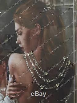 Dame Debout En Arrière Pose En Robe Blanche Photo Avec Cristaux Et Cadre De Miroir
