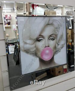 Marilyn Monroe Avec De La Gomme À Bulles Rose, Des Cristaux, L'art Liquide Et Image De Trame De Miroir