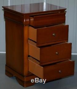 Paire De Grand Solide En Bois De Cerisier Table De Chevet Commode Vue Partielle Une Suite