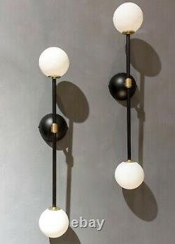 Paire De Lampes Sconces De Lumières Murales. Style Moderne Du Milieu Du Siècle En Laiton