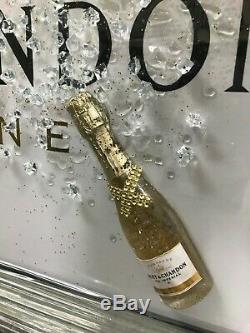 Photo De Champagne Moet & Chandon Blanche Avec Bouteilles 3d Et Détails Étincelants