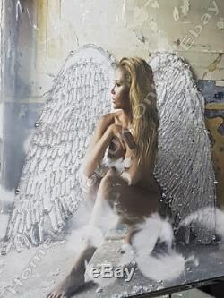 Un Ange Ailes Blanches Assis Dans Une Salle Avec Des Cristaux, Art Liquide Et Cadre De Miroir