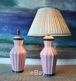 Une Paire De Milieu Du Siècle Italien Rose Laiton Vase En Céramique Table D'appoint Salle Lampes